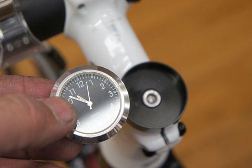 時計をはめ込みます。
